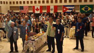 世界ウチナーンチュ大会の成功を祈って乾杯する参加者のみなさん