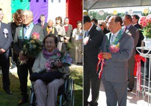 (左)花束を受け取った堀井夫妻、(右)柴田家の代表でテープカットしたジョン氏