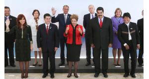 前列左から当時のクリスティナ亜国大統領、パラグァイのオルテス大統領、ジウマ大統領、ヴェネズエラのマドゥーロ大統領、ボリビアのエボ大統領。第48回メルコスル会議で(2015年7月17日、Foto: Lula Marques/Agencia PT)