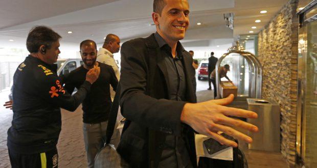 セレソンの代役出場が決まり、宿舎にかけつけるマルセロ・グローエ(右)とルーカス・モウラ(Rafael Ribeiro/CBF)