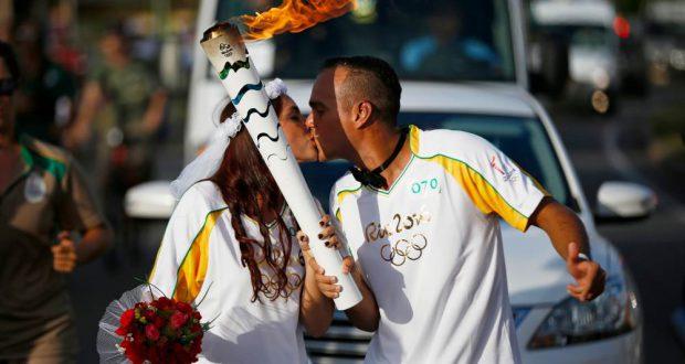 恋人同士から婚約者同士になったばかりの共同作業となった聖火リレー(Rio 2016/André Luiz Mello)
