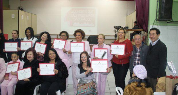 表彰された女性達(一部、右端が野村アウレリオ市議、左隣が中島ケンジ氏、前列右から3番目が橘和氏、divulgação)