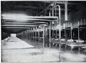 サンパウロの移民収容所、ずらりと2段ベッドが並ぶ様子(『南米写真帳』)1921年、永田稠著、発行=東京・日本力行会)