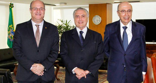テメル暫定大統領(中央)とゴールドファジン中銀総裁(左)、メイレーレス財相(右)(Beto Barata/PR)