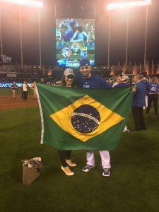 ブラジル国旗を手にするオルランド外野手=15年10月、ミズーリ州カンザスシティ(提供写真)