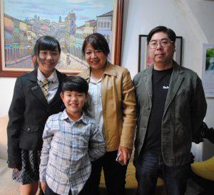 家族とともに一時帰国したメリッサちゃん(左)。(左2人目から)ムリロくん、母ミレネさん、父ミルトンさん