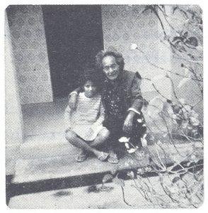 リオ州の自宅の庭で、兵譽と孫のアドリアナ