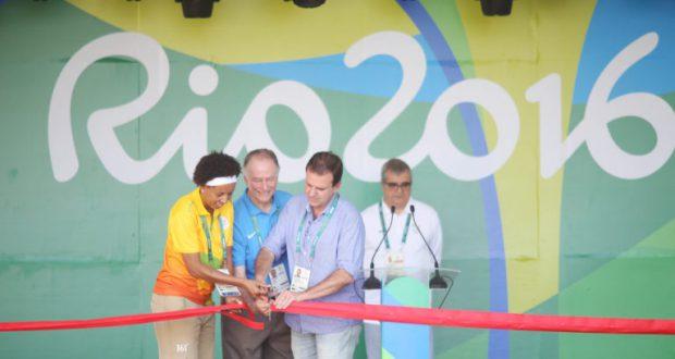 選手村オープンの式典でテープを切る選手村村長と五輪委員会会長、リオ市長(左から、Roberto Castro/ME/Brasil2016)