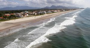 栄養過多で赤潮が発生したパラナ州のグアラツーバ湾(Arnaldo Alves/AENoticias)