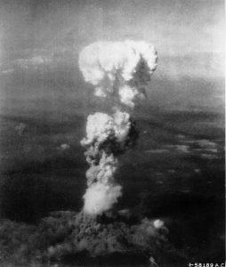 広島に投下された原爆によって巨大なキノコ雲が生じた(米軍機撮影、By Enola Gay Tail Gunner S/Sgt. George R. (Bob) Caron [Public domain or Public domain], via Wikimedia Commons)