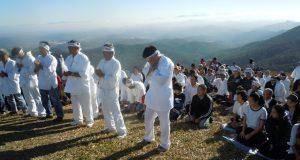 山々を望む山頂で御神体に祝詞をささげる(蓮井康恵さん提供)