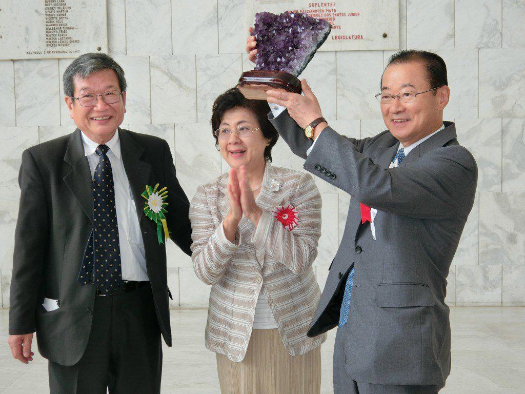 記念品を手に喜びを見せる河村議員夫妻