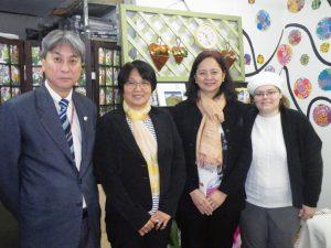 (左から)森、城両副会長、圓環編集長の由井光枝さん(日語)、シルビア・ラベロさん(ポ語)