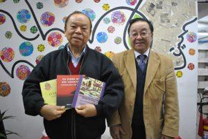 著書を手にする知念明さん(左)と宮村会長