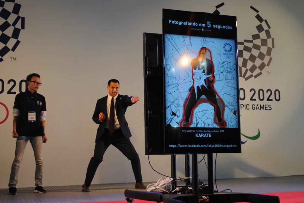 漫画加工ソフトを体験する室伏さん。東京大会での空手採択にポーズをとる