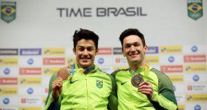 銅メダルを手にするオヤカワ(左)。右は銀のジェイゴ(Francisco Medeiros/ME)