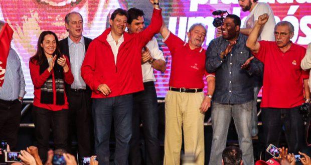再選を目指す聖市のハダジ市長(左から4人目)と支援を呼びかけるルーラ前大統領(Paulo Pinto/AGPT)