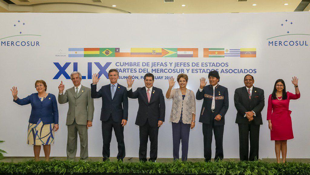 2015年12月21日のメルコスールおよび関係国会議に出席した南米各国の大統領ら(Foto: Roberto Stuckert Filho/PR)