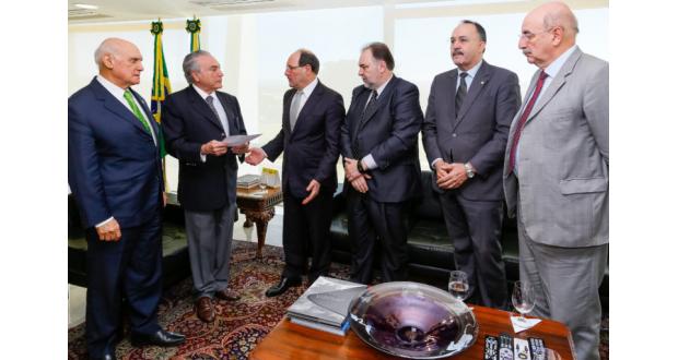 治安対策について話し合うためにテメル大統領代行(左から2番目)を訪問したサルトリ南大河州知事(Marcos Corrêa/PR)