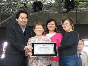 サンパウロ州議会から高知県人会婦人部の功績を称え、表彰プレートが授与された