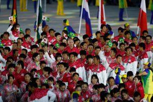 閉幕式で日伯両国旗を手に入場した日本代表選手団(Foto: Fernando Frazão/Agência Brasil)