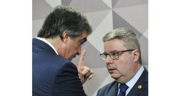 2日の上院でのジウマ大統領罷免委員会の模様(Geraldo Magela/Agência Senado)