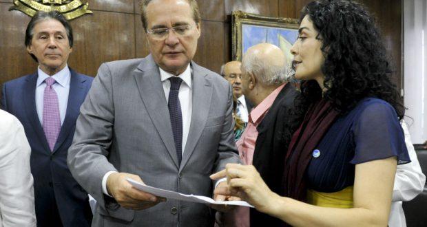 デモの被害にあった女優レチシア・サバテラ(右、Jane de Araújo/ Agência Senado)