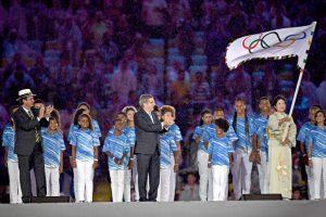 閉会式で五輪旗を受け取った小池百合子知事(Foto: J. P. Engelbrecht/PCRJ)