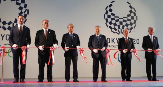 テープカットを行う(左から)室伏さん、高島なおき都議、竹田恒和JOC会長、森元首相、山本隆副都知事、河野博文JOC副会長