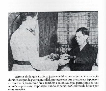 山本貴誉司から日本刀を受け取るパジーリャ(左、『Padilha, quase uma lenda』36頁)