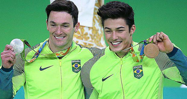 男子体操の床で銀獲得のイポリト(左)とノリ(Roberto Castro/Brasil2016)