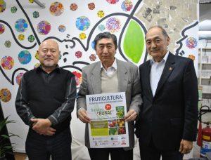 ポスターを手にする桂川委員長(中央)ら