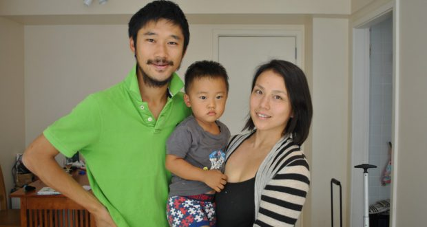 代表チームに合流することになった藤井コーチ(右)。現在は夫の陽樹さん、長男の清竹くんと過ごしている(先月27日、リオ)