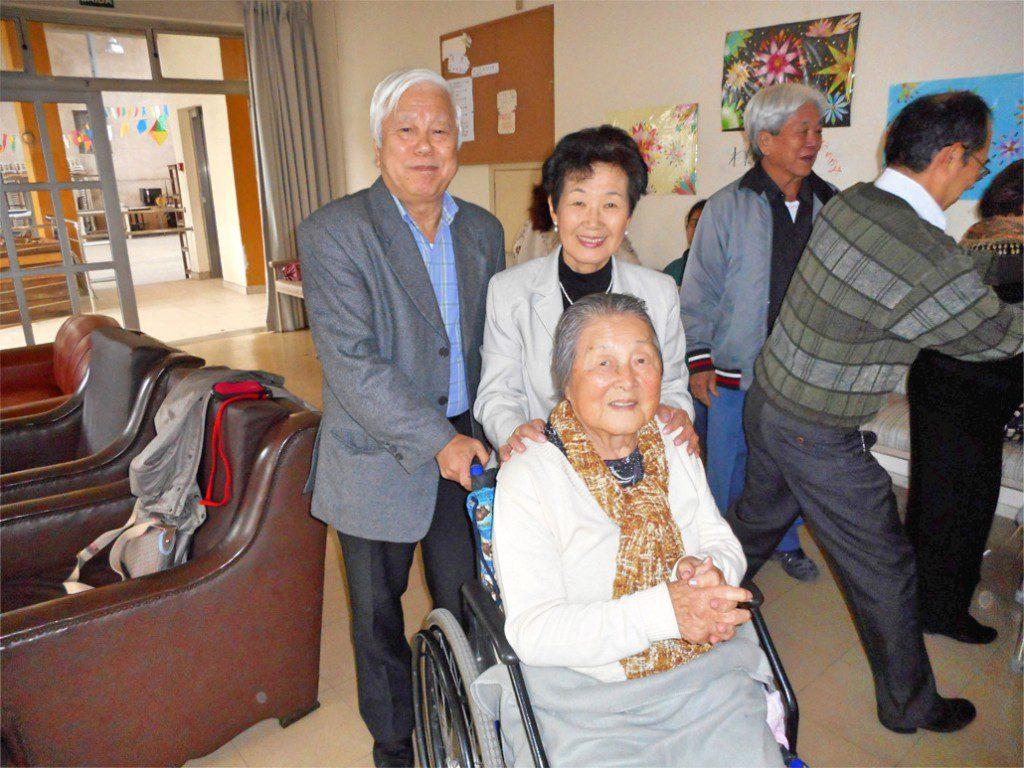 左から平間浩二さん、前園博子さん、手前車椅子が三上治子さん