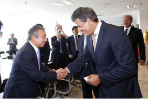 握手する荒木副知事とリッシャ州知事。州政府での会談の様子