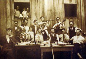 1928年、イタリア人入植地、南大河州カシアス・ド・スルの移民家庭のフェスタの様子(See page for author [Public domain], via Wikimedia Commons)
