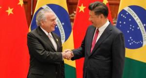 習近平国家主席と握手を交わすテメル大統領(Beto Barata/PR)