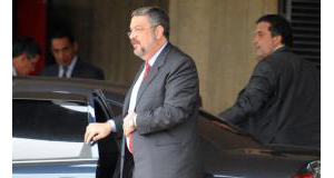逮捕されるパロッシ容疑者(Antonio Cruz/ABr)