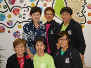 来社した健康体操の川添先生(前列中央)、中平マリコさん(後列左)ら
