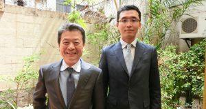 (左から)村信校長、清元事務局長