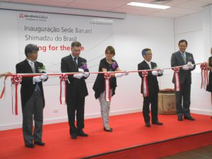 テープカットの様子(左端が的場社長、右から二人目が上田輝久本社社長)