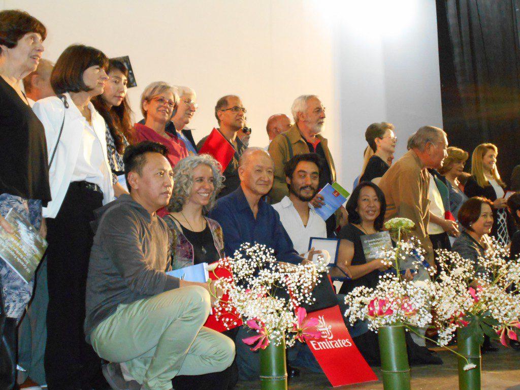記念撮影する小松さん(前列左から3人目)ら