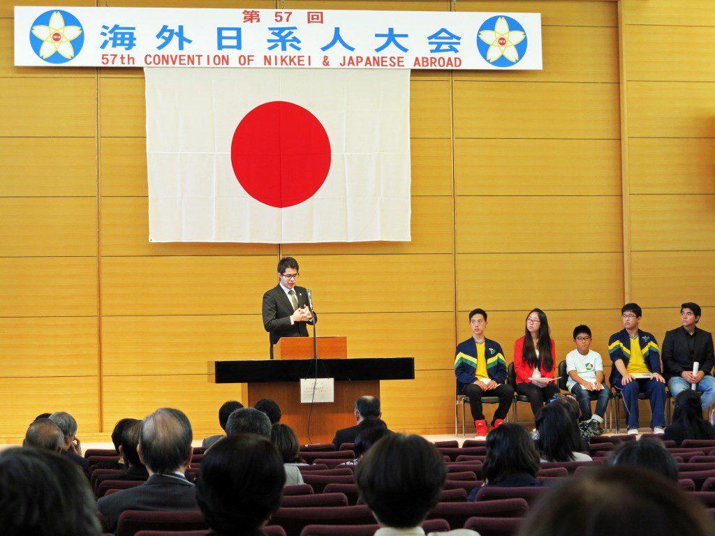 在日日系人こども発表会の講評をする日本財団の石橋亘治さん