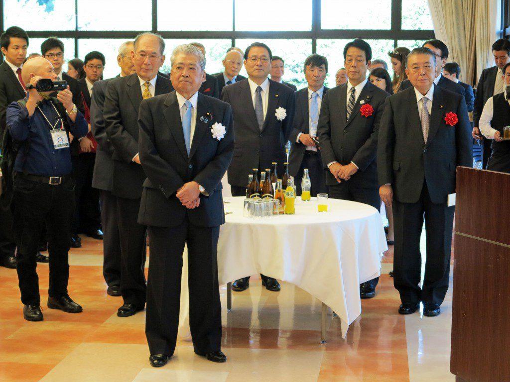 テーブル左前が伊達忠一参院議長、同右が大島理森衆院議長