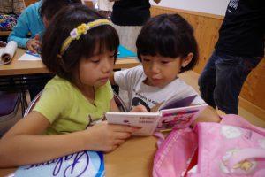 「のびっこクラブみしま」で勉強する子供たち