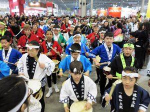 県連日本祭り会場を練り歩く子供たちの太鼓行列。彼らが50歳代を迎えた時に移民150周年は盛大に挙行されるのか