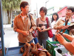 フェイラ・デ・プロドゥトルで山芋を手にレシピを話し合う