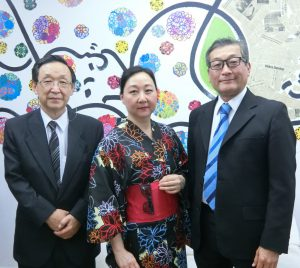 (左から)下川会長、佐藤クリスチアネ会長、佐藤紀行会長