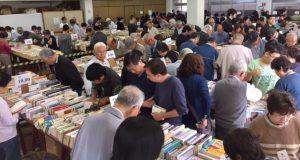 古本市で本を選ぶ人々(文協提供)