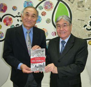 谷口眞一郎和歌山県人会長(左)と平崎靖之会長